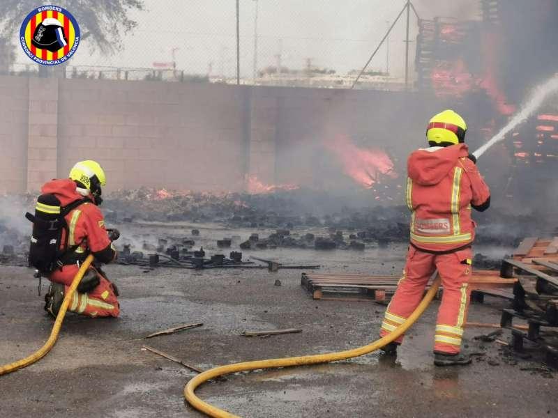Los bomberos sofocan las llamas del incendio