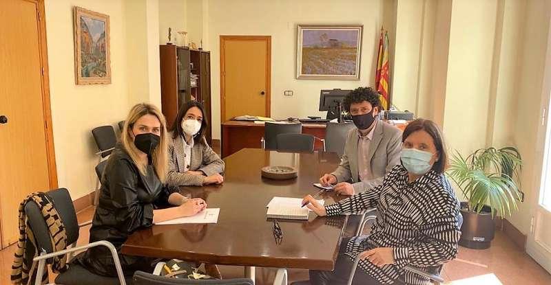 La alcaldesa de Vall d?Alba, Marta Barrachina, y el director territorial en Castellón de la Conselleria de Educación, Alfred Remolar, durante el transcurso de la reunión de trabajo para impulsar la construcción del nuevo CEIP l?Albea.