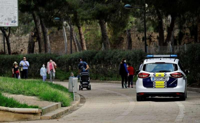 Un coche de la Policía patrulla por el jardín del rio Túria, en València. EFE
