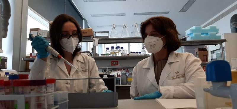 Investigadoras estudiando una nueva vacuna. / EPDA