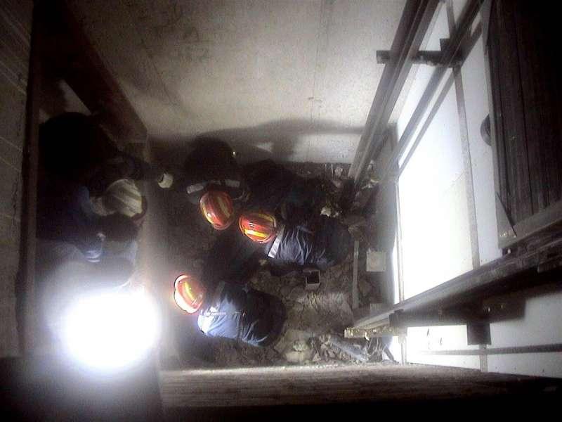 Bomberos intervienen en un accidente en un ascensor. EFE/Archivo