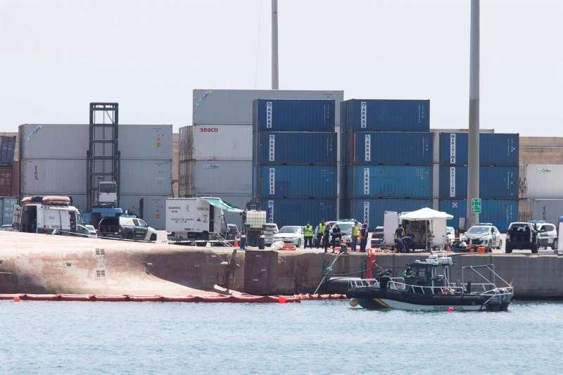 Los equipos de rescate trabajan en el puerto de Castellón por sexto día consecutivo.