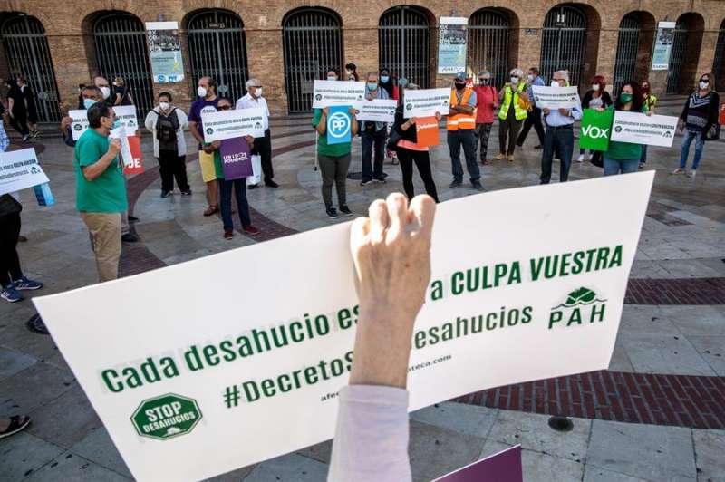 Miembros de la Plataforma de Afectados por la Hipoteca (PAH) durante una concentración en València. EFE