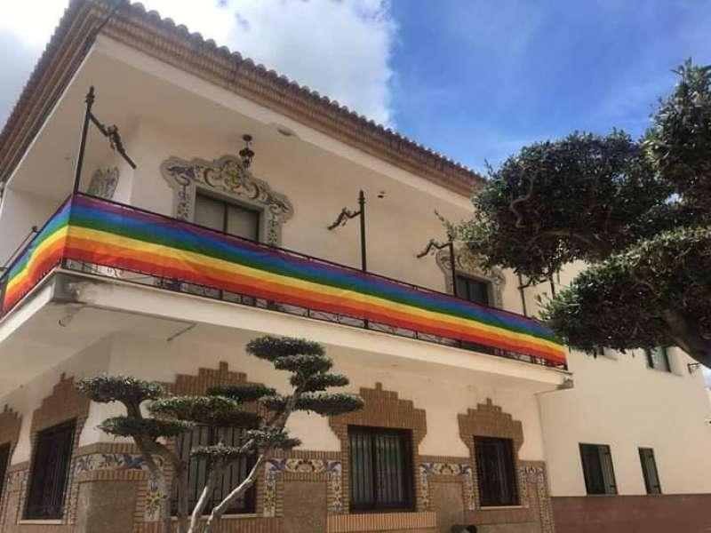 La fachada del ayuntamiento de Faura luce la bandera arcoiris. EPDA