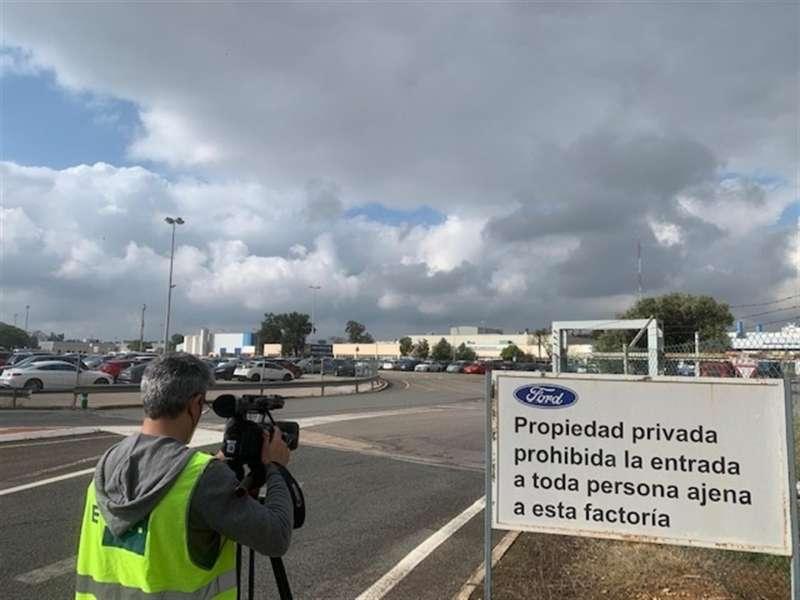 Entrada a las instalaciones de la planta de Ford en Almussafes (Valencia), en una imagen de esta mañana.