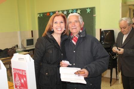 La alcaldesa de Aldaia entrega una cesta de navidad a un jubilado. EPDA