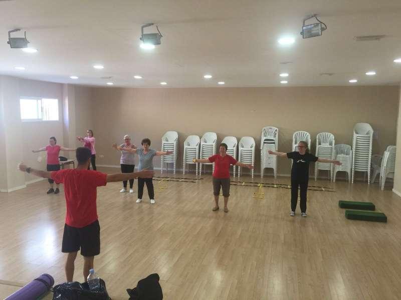 Vecinos de Olocau en clase de gimnasia. //EPDA