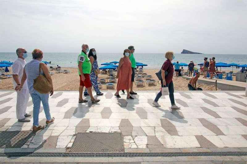 Los miembros de ACUMAFU (Asociación Cultural de Mayores de Fuenlabrada) pasean por la playa de Levante de Benidorm.
