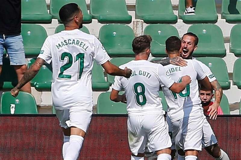 El delantero argentino del Elche Dario Benedetto festeja su gol en la victoria por 1-0 ante el Celta. EFE / Manuel Lorenzo