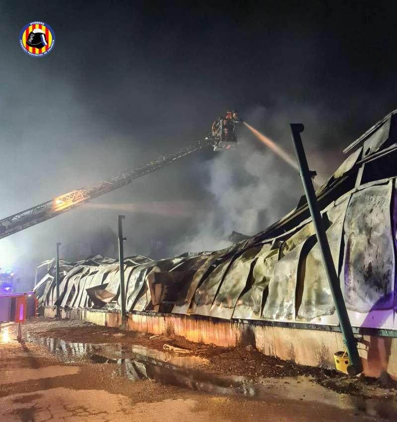 Extinción del incendio en Sinarcas, durante la madrugada.