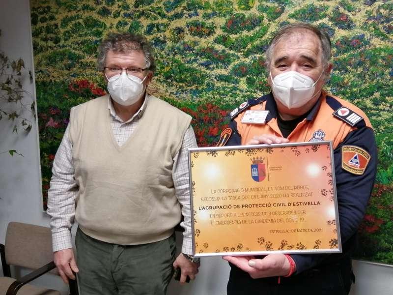 Un miembro de Protección Civil recoge el reconocimiento