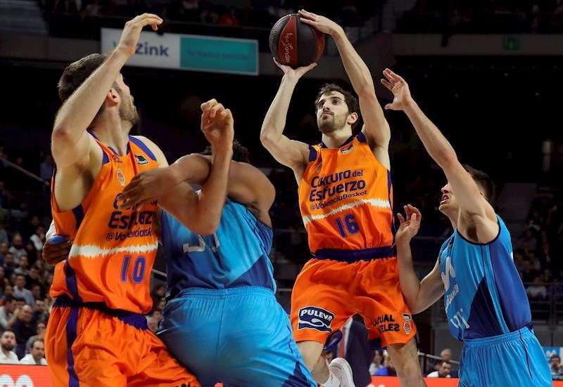 El base del Valencia Basket Guillem Vives lanza a canasta durante un partido de la Liga Endesa ante Estudiantes. EFE