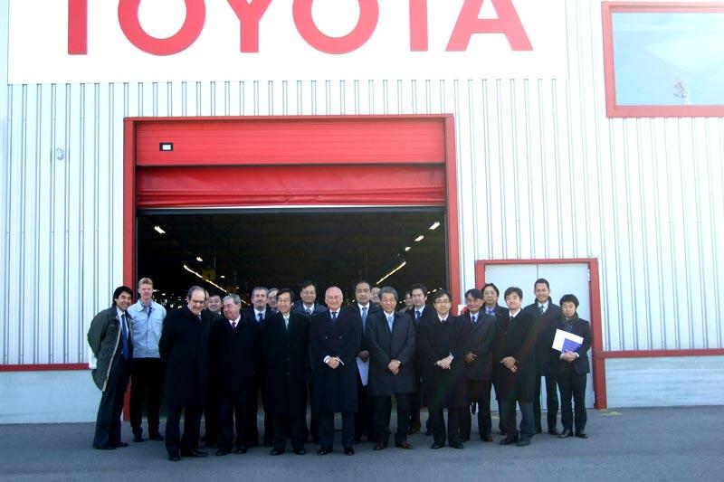 Rafael Aznar y Ramón Gómez-Ferrer con los empresarios japoneses en la Autoridad Portuaria de Valencia. FOTO APV