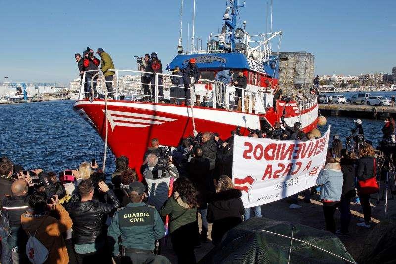 Decenas de familiares, amigos y vecinos de Santa Pola (Alicante) ha recibido con aplausos, confeti y a ritmo de batucada al pesquero Nuestra Madre Loreto, que regresa a casa después de que a finales de noviembre rescatara a doce migrantes frente a la costa de Libia. EFE