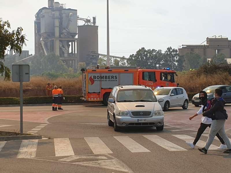 Despliegue de bomberos en la zona del incendio. MIGUEL ÁNGEL FERRER