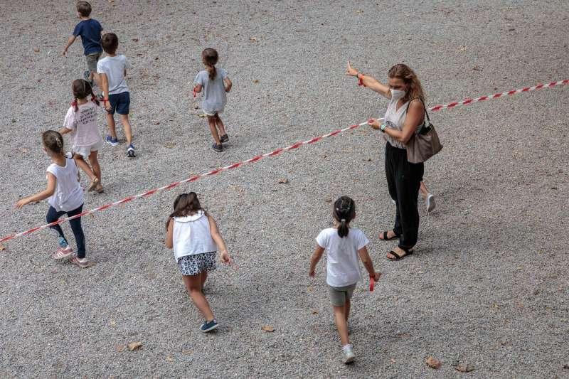 Varios niños y niñas del colegio Jesús y María de València se dirigen a la zona acotada para el recreo.