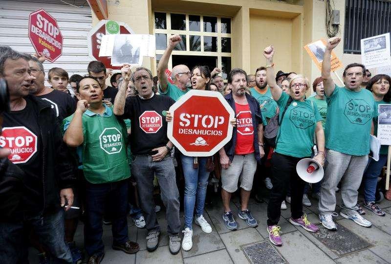 Un grupo de activistas de la PAH concentrado frente a una vivienda, para intentar parar o retrasar un desahucio. EFE/Archivo