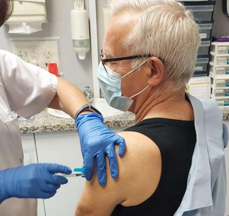 El alcalde recibe la vacuna