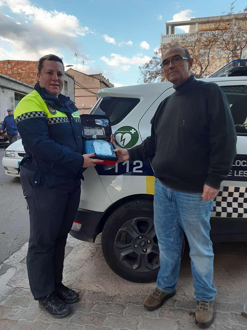 El alcalde de Benifairó, Toni Sanfrancisco, junto al nuevo desfibrilador y una agente de la Policía Local del municipio. EPDA