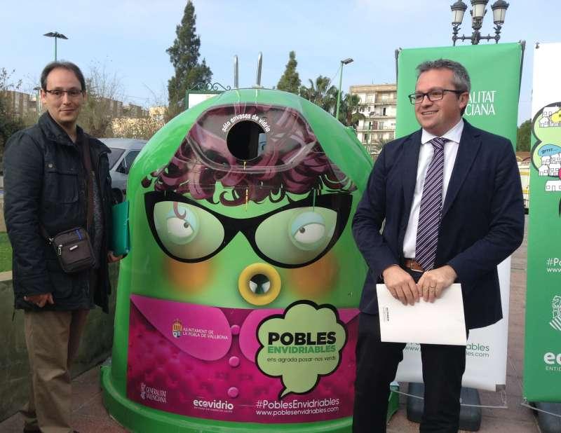 El regidor de Media Ambient, Javier Descalzo i el gerent d?Ecovidre en l?àrea de Llevant, Roberto Fuentes. //EPDA