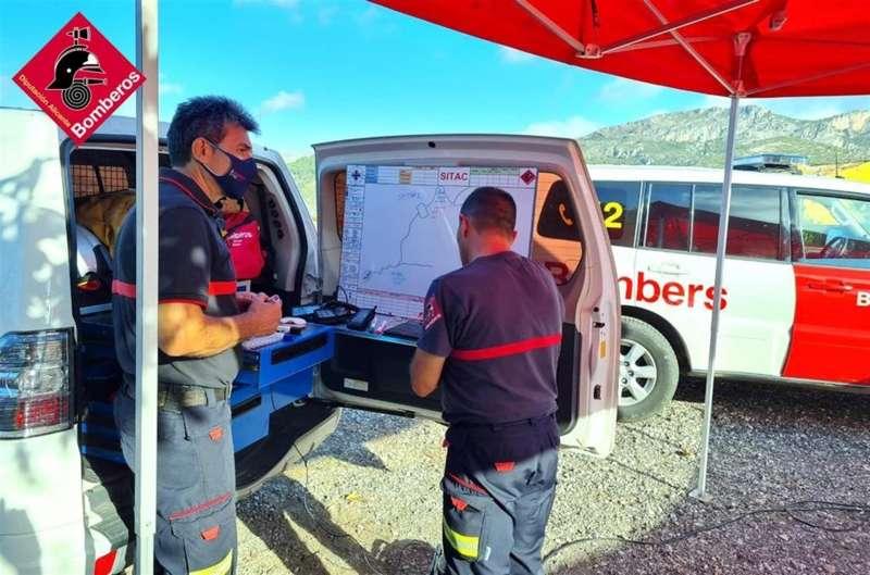 Varios bomberos integrantes del equipo de búsqueda del senderista desaparecido en el Barranc de l