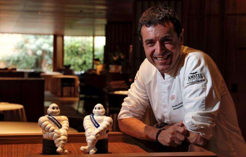 El cocinero Ricard Camarena sonriente este mediodía en su restaurante insignia, en el ambicioso espacio cultural de Bombas Gens de Valencia, apenas unas horas después de regresar de Lisboa donde anoche consiguió su segunda estrella Michelin. EFE