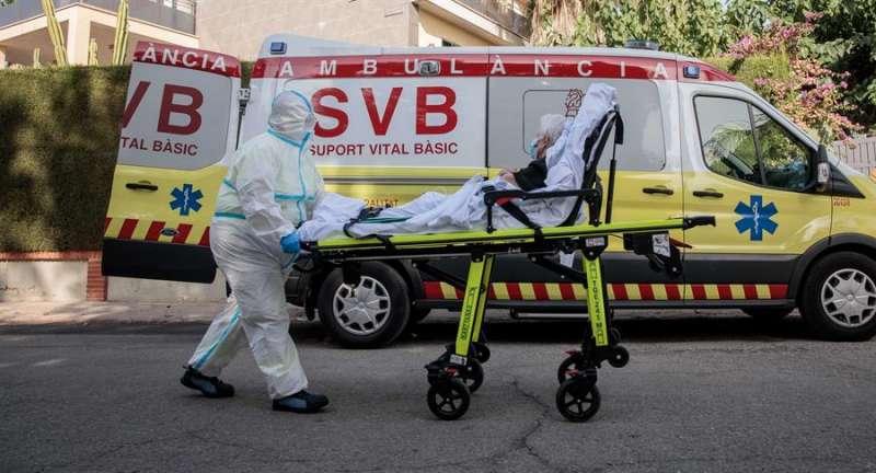 Una ambulancia transporta a una anciana. EFE/Archivo