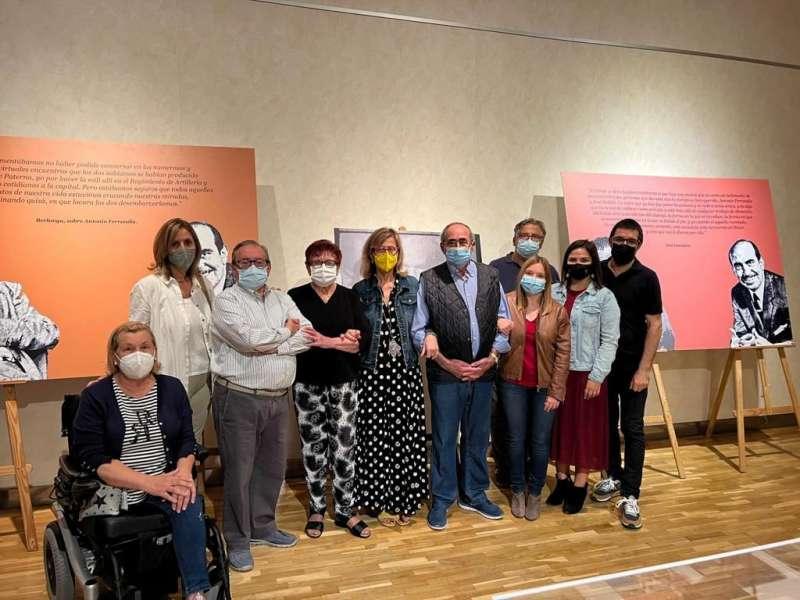 Miembros de la corporación municipal y familiares de Antonio Ferrandis en la inauguración de la exposición 100 anys