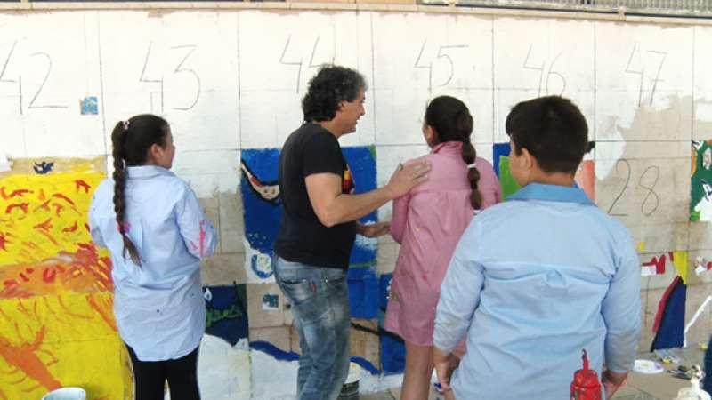 Alumnos pintando el mural. EPDA