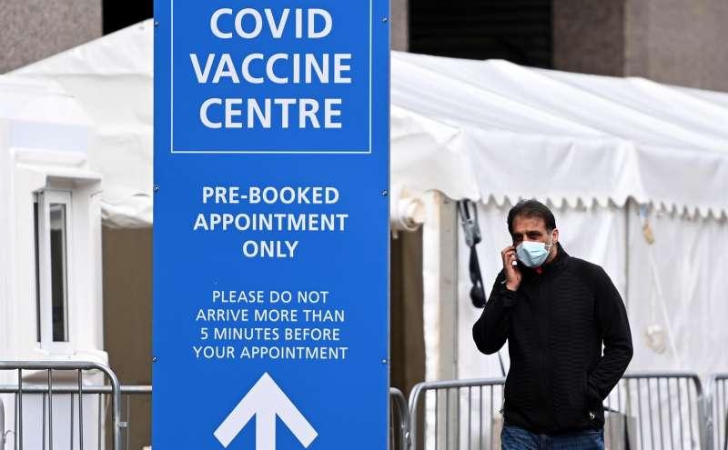 Persona haciendo una llamada en un punto de vacunación. Londres. EFE/EPA/ANDY RAIN/Archivo