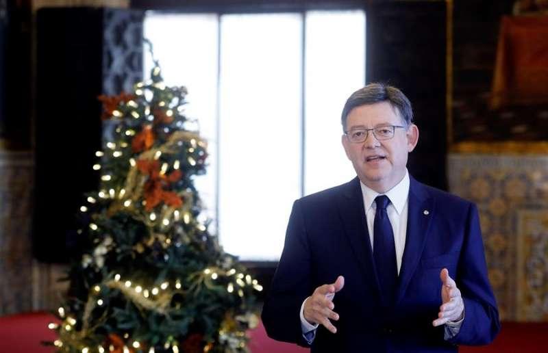 El presidente de la Generalitat, Ximo Puig, en su discurso de la Navidad pasada, junto a un abetol decorado. EFE