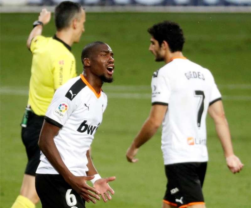 El centrocampista francés del Valencia Geoffrey Kondogbia protesta una decisión arbitral. EFE/Archivo