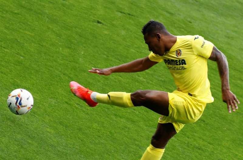 El jugador del Villarreal, Pervis Estupiñán, golpea el balón durante un parrido. EFE/Archivo