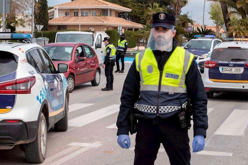 Un agente de la policía local durante un control de tráfico para evitar los desplazamientos. EFE