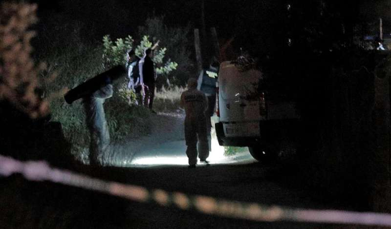 La Guardia Civil, en el escenario del crimen. EFE