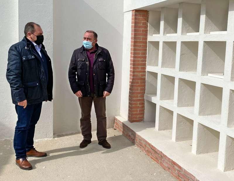 El alcalde, Vicente Pallarés; y el teniente de alcalde, Julián Torner, visitan las obras del cementerio