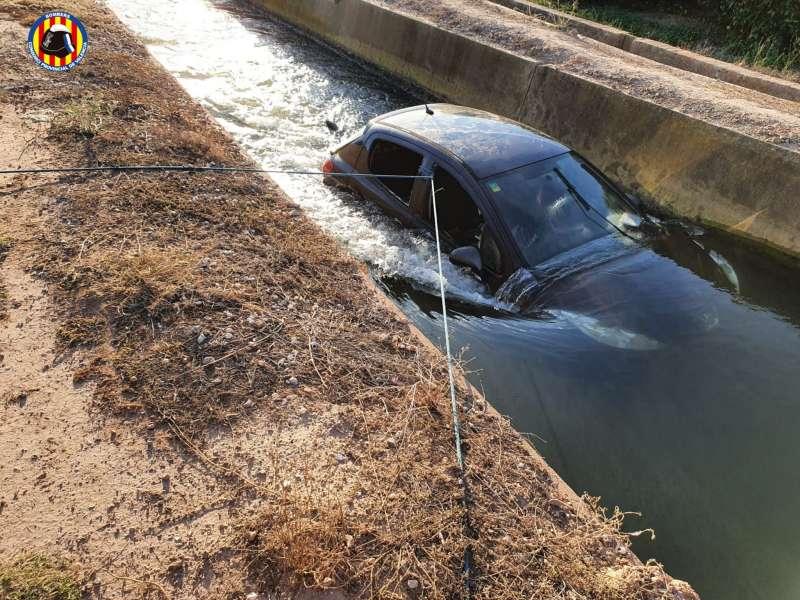 El cotxe va caure dins de la sèquia. EPDA