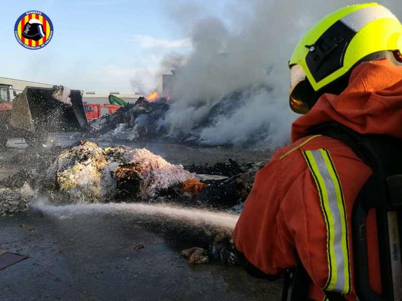 Un bombero sofoca el incendio