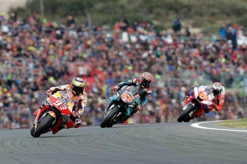 El piloto español y campeón del mundo Marc Márquez (i), seguido por Fabio Quartararo (c) y Jack Miller. EFE