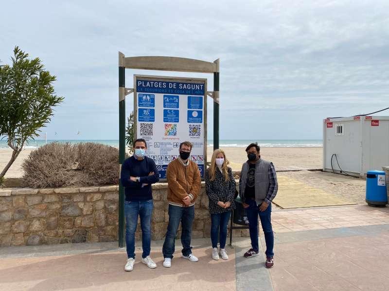 Teresa Ortiz con tres miembros de Ciudadanos en la playa de Sagunto. EPDA