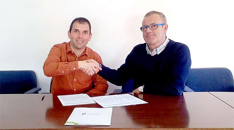 El alcalde de Gàtova Manuel Martínez da la mano a José Gallardo durante la firma del nuevo contrato. EPDA