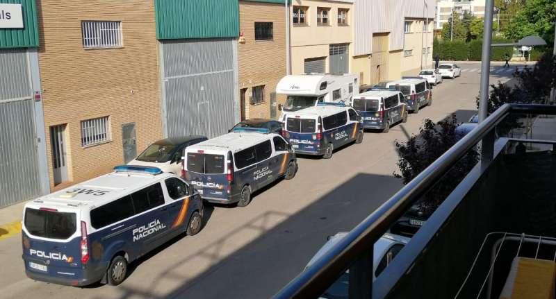 Furgones de la Policía Nacional apostados junto a la nave industrial en la que se ha desmantelado la plantación de marihuana. EPDA