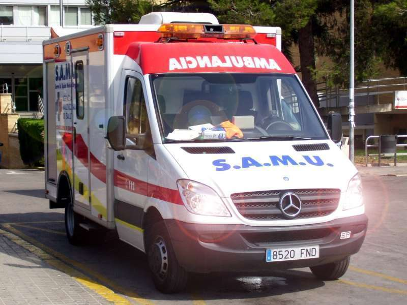Imagen de archivo de una ambulancia en la puerta de Urgencias.