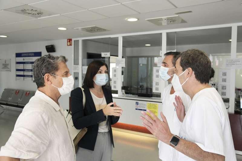 L?alcaldessa Maribel Albalat amb el personal sanitari del Poliesportiu Municipal de Paiporta.