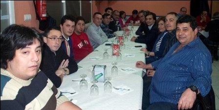 El alcalde junto con concejales, el Jefe de la Policía Local y miembros de la agrupación de Protección Civil en Manises durante la cena. EPDA