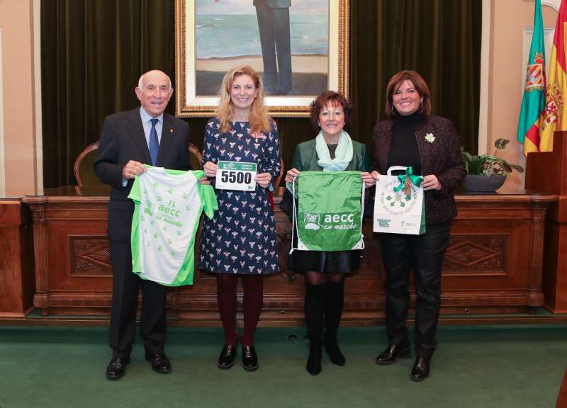 Entrega de la samarreta verda de la marxa contra el càncer. EPDA