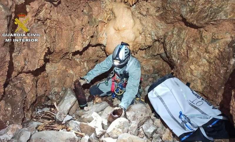 Extracción de los proyectiles, en una imagen de la Guardia Civil.