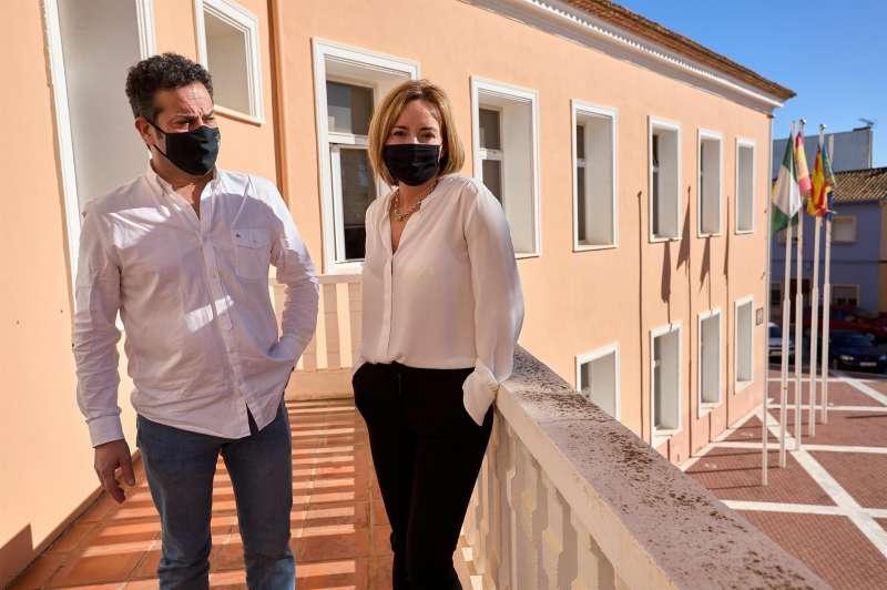 Ximo Coll y Carolina Vives, matrimonio y alcaldes de El Verger y Els Poblets respectivamente, posan para EFE tras la polémica surgida por haberse vacunado contra la COVID-19 en el Centro de Salud de El Verger porque sobraban dosis