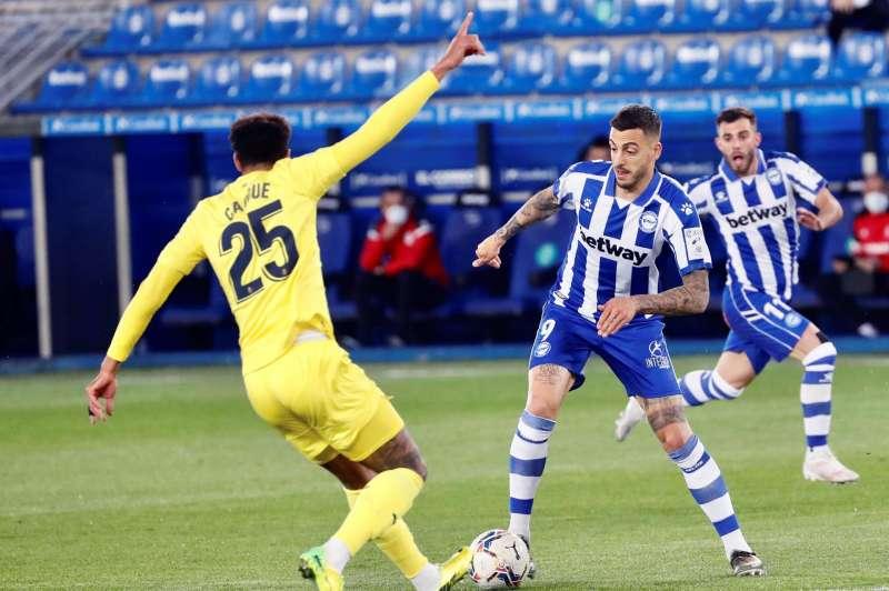 El delantero del Alavés, Joselu, (d), pelea un balón con el centrocampista francés del Villarreal, Étienne Capoue