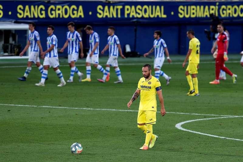 El centrocampista y capitán del Villarreal, Santi Cazorla, coge el balón tras encajar el segundo gol de la Real Sociedad. EFE/ Domenech Castelló